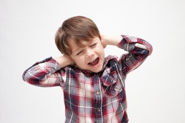 耳を塞ぐ子ども