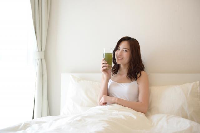 緑汁を持つ女性